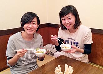 最後の「あがせ」の開店直前、せんべい汁で腹ごしらえする河野さん(左)と島野さん