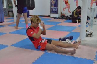 画像:縄跳びや腹筋などで、基礎体力作りも欠かさない