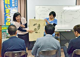 2014年12月、都内で開かれた「青森学ゼミナール」で、2015年の青森PR作戦をアピールする2人
