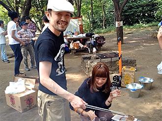 渋谷の飲食店が集まったバーベキューでは棟方さんの実家から送られた野菜などを、はまさんが焼き係になって提供。「話してみると本人や彼氏が青森出身だとか、意外に青森つながりの人が多かった」(棟方さん)