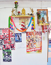 タイ式の祭壇が見守るリングで、日々トレーニングに明け暮れる