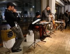 今年1月、都内で開かれた青森関連のイベントでは、「りんご追い分け」「分かれのブルース」「津軽平野」など青森ゆかりの曲をオシャレなアレンジで演奏した(左が山田さん)