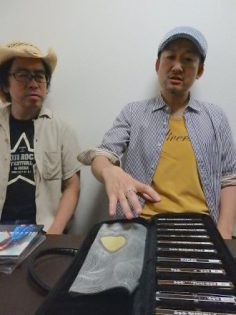 バンドを組むT-BONE TAKUMAさん(左)とは、音楽の話が止まらない