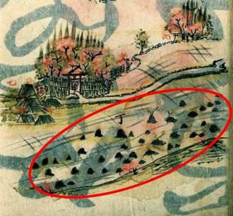 """図2 高田の風景の拡大。社が二つと無数の""""つむれ""""(赤い線で囲む)。九十九盛りと呼んだ。"""
