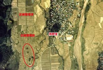 """写真5 40年前に撮影された空中写真(国土地理院、1975(昭和50)年10月17日撮影)。赤色円で囲んだところに""""つむれ""""が見える。"""