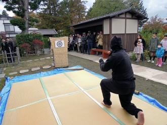 写真9 弘前市旧笹森家で開催された古武術演武会