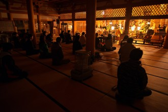 写真8 青森市青龍寺における座禅体験