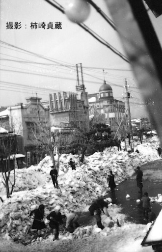 戦前の青森市柳町通りでの雪切り風景