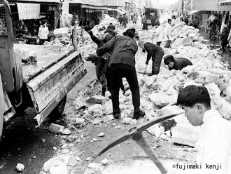 昭和30年代後半頃に撮影したと思われる、青森市浪打銀座での雪切り風景=藤巻健二氏撮影
